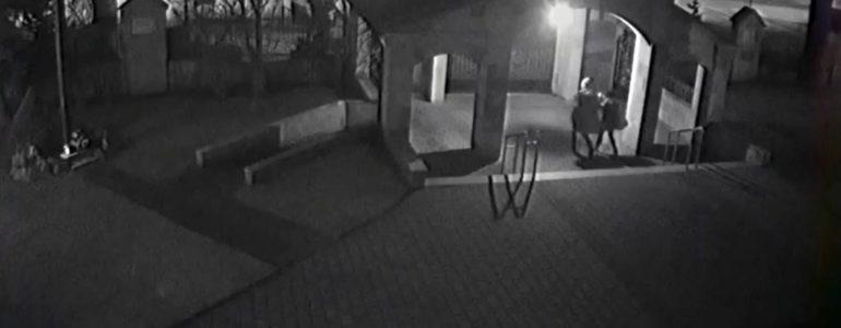 Popisał drzwi kościoła, bo… był pijany
