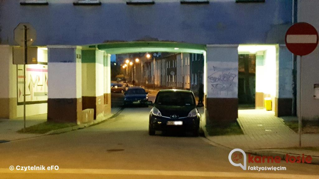 Łoś z powiatu oświęcimskiego zaparkował swój wóz na wylocie ulicy Marchlewskiego w strefie zamieszkania i obrębie skrzyżowania z ulicą Olszewskiego.