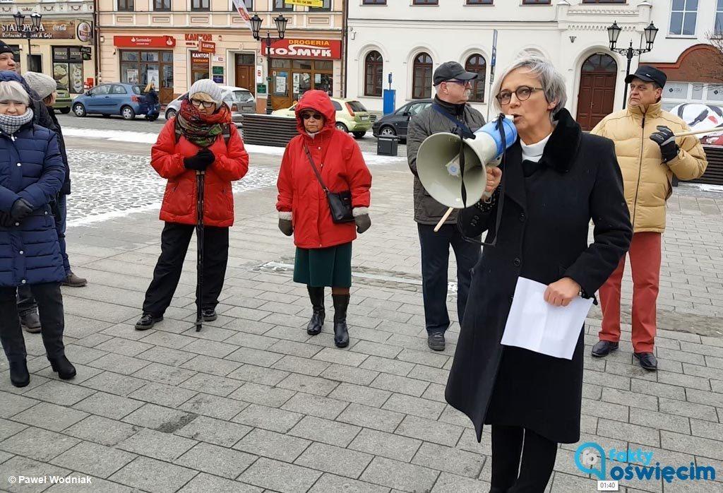 """""""Konwój Wstydu"""" przyjechał do Oświęcimia. Około 20 osób czynnie biorących udział w happeningu apelowało do rządzących: """"Oddajcie kasę z nagród""""."""