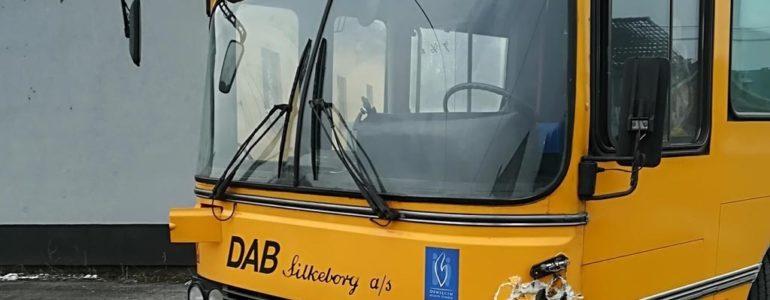 Na czerwonym wprost przed autobus – FOTO