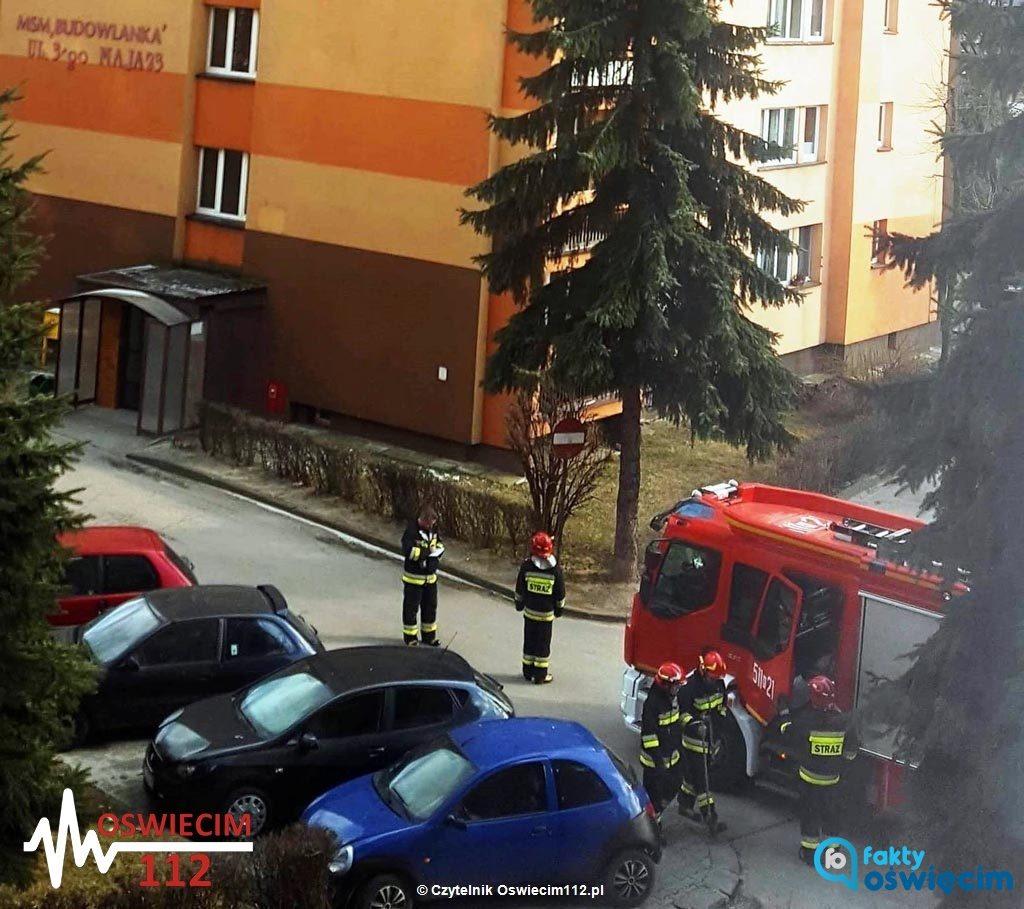 Nastolatek siedział na krawędzi dachu wieżowca. Był zdesperowany. Uratowali go dwaj policjanci i strażak.