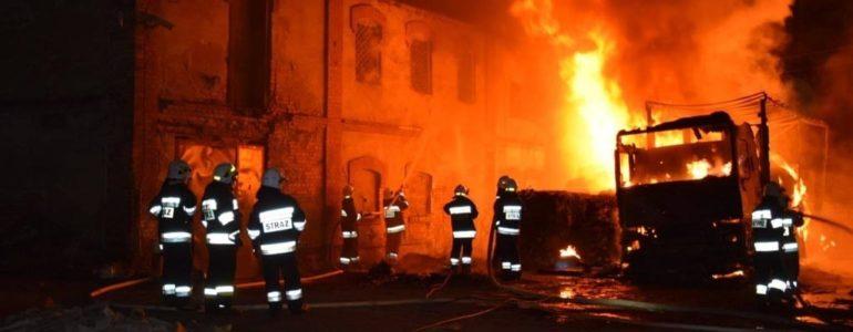 Ogień strawił tira w Łękach. Strażacy bronią budynku – FILMY, FOTO