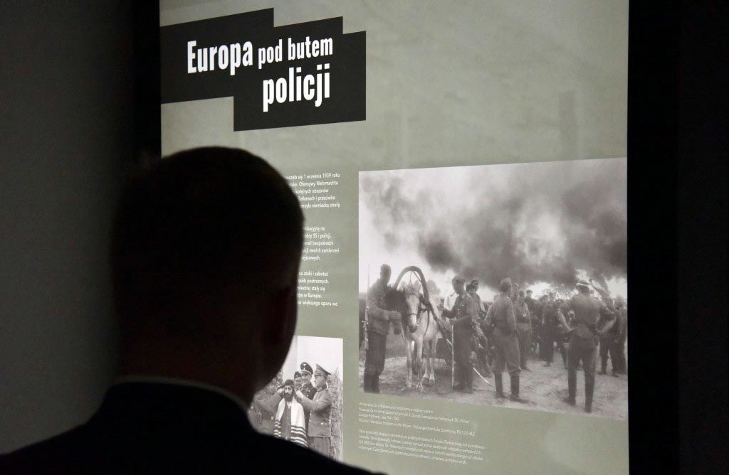 W Miejscu Pamięci Auschwitz powstała czasowa wystawa. Składa się na nią dziewięć tablic, przedstawiających rolę policji w Niemczech od stycznia 1933 roku.