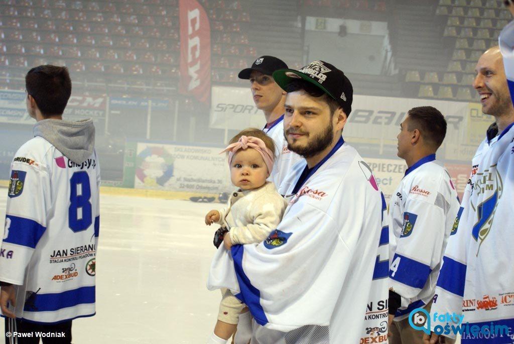 Dzisiaj po południu nastąpiło oficjalne otwarcie czterodniowych 17. Mistrzostw Polski Amatorów w Hokeju na Lodzie w Oświęcimiu. Obejrzyjcie relację z inauguracji.