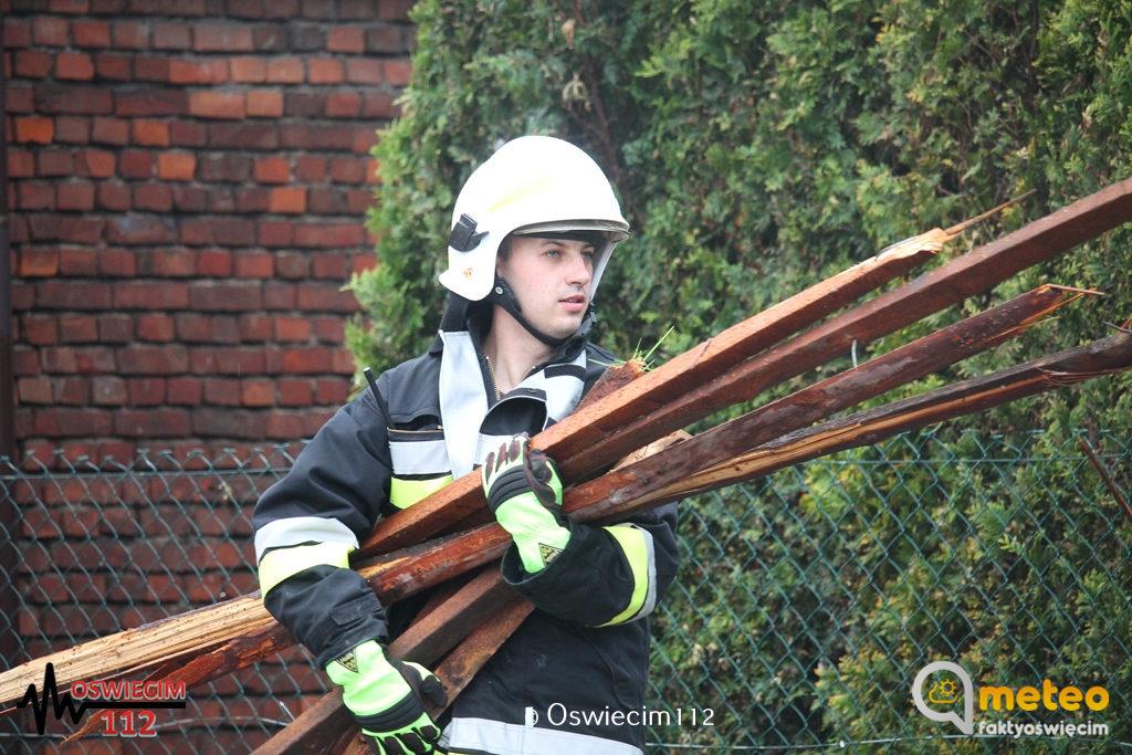 W Przeciszowie przy ulicy Podlesie silny wiatr zerwał dach z budynku gospodarczego. Droga lokalna była nieprzejezdna.
