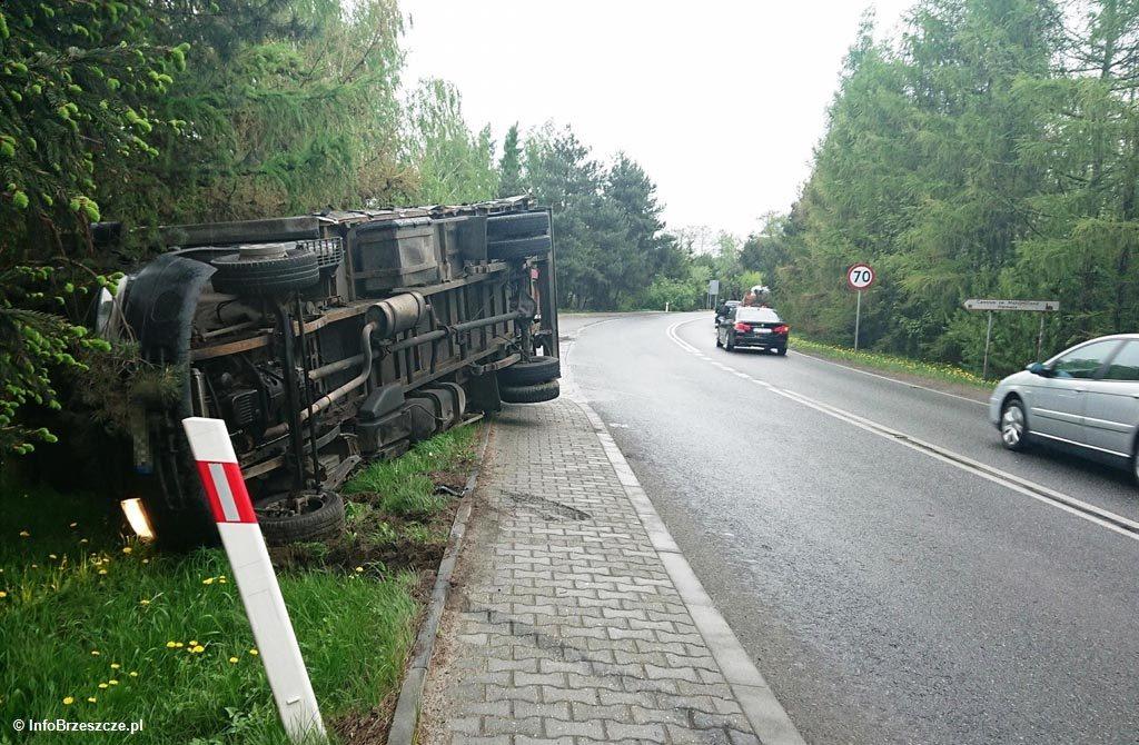 Ciężarówka przewróciła się na bok na ulicy Ofiar Oświęcimia w Brzeszczach. Przez pewien czas ruch na drodze ze stolicy powiatu do górniczego miasta był utrudniony.