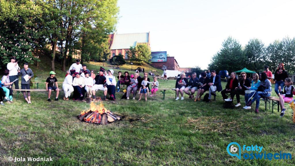 W sobotę wieczorem siedzieli wokół ogniska i śpiewali pieśni patriotyczne. Jutro zapraszają na apogeum atrakcji oświęcimskiego Jarmarku Kasztelańskiego.