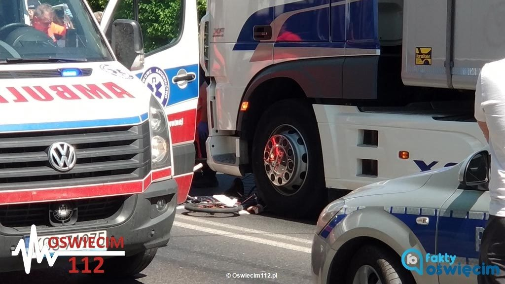 Dzisiaj przed południem na ulicy Kościuszki w Kętach tir potrącił rowerzystkę. Starsza kobieta pojechała do szpitala. Na drodze krajowej nr 52 obowiązuje ruch wahadłowy.