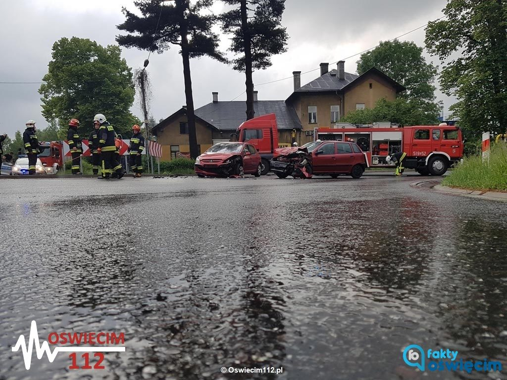 Do groźnie wyglądającego zdarzenia drogowego doszło wczoraj późnym popołudniem na ulicy Dworcowej w Brzeszczach. Czołówka na zakręcie nie spowodowała obrażeń.