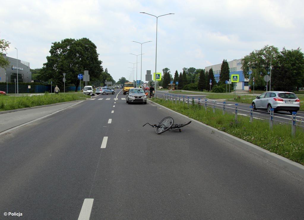W ciężkim stanie do szpitala trafił 76-letni rowerzysta. Wypadek wydarzył się na dwupasmowym odcinku ulicy Chemików w Oświęcimiu.
