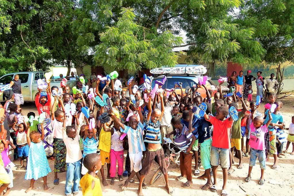 """Coraz więcej placówek z powiatu oświęcimskiego zgłasza się do akcji """"Klapki dla Gambii"""". Akcja ma na celu zebranie jak największej ilości klapek dla dzieci zGambi, które na co dzień chodzą boso."""