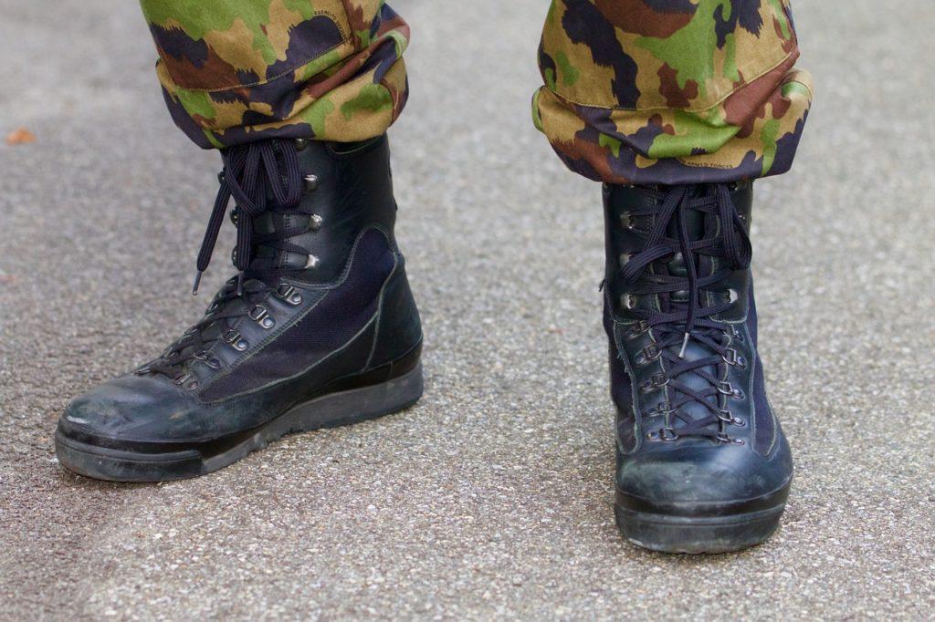Spodnie moro jeszcze do niedawna kojarzyły się głównie z armią i noszone były przez żołnierzy. Charakterystyczny wzór miał pełnić funkcję kamuflażu.