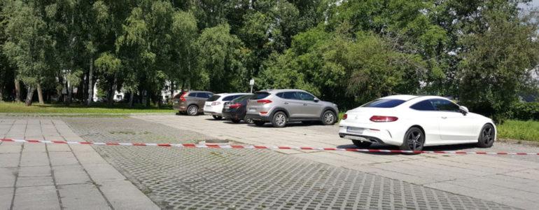 Oficjele zajęli szpitalne parkingi – FOTO
