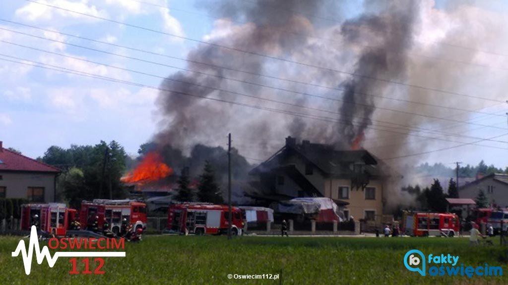 Do dużego pożaru doszło wczoraj w Bielanach. Przez długi czas gasiło go kilkudziesięciu strażaków. W zdarzeniu obrażeń doznała jedna osoba.