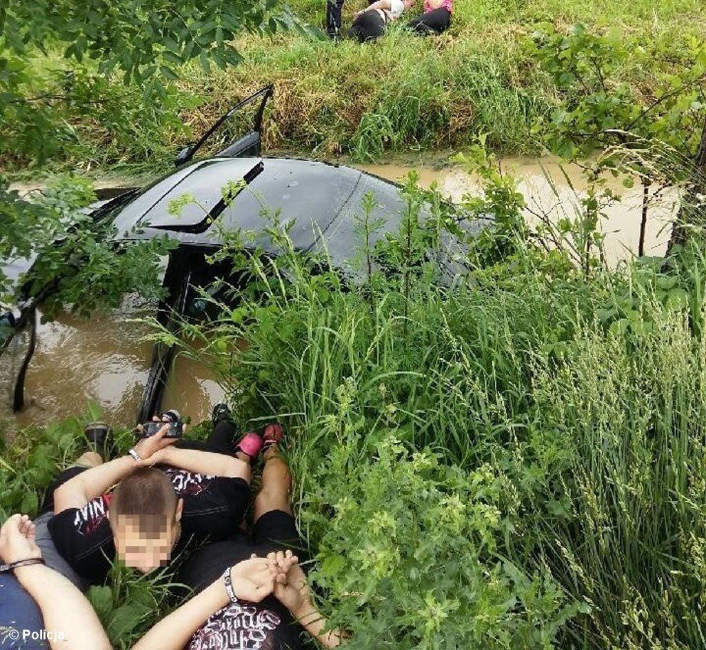 Życie swoje i czwórki pasażerów naraził 21-latek spod Chrzanowa. Uciekał przed policją co mogło zakończyć się tragicznie. A wszystko przez zwyczajną głupotę.