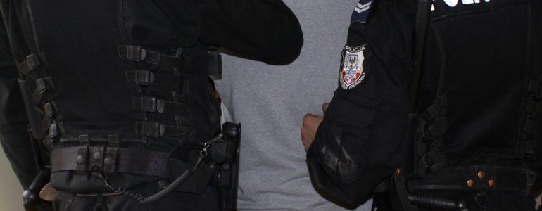 Poszukiwany od roku 23-latek wpadł w ręce policji