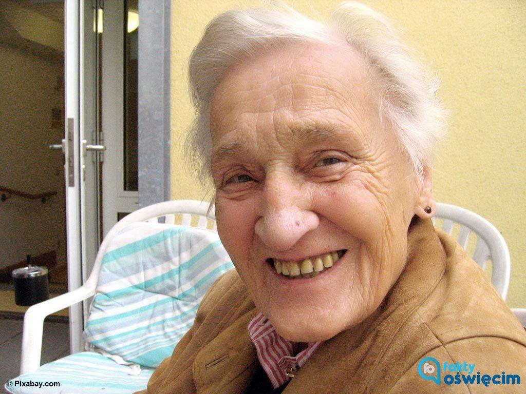 Blisko stuletnia oświęcimianka błąkała się nocą po Rynku Głównym w Oświęcimia. Kobieta straciła orientację i nie potrafiła wrócić do domu.