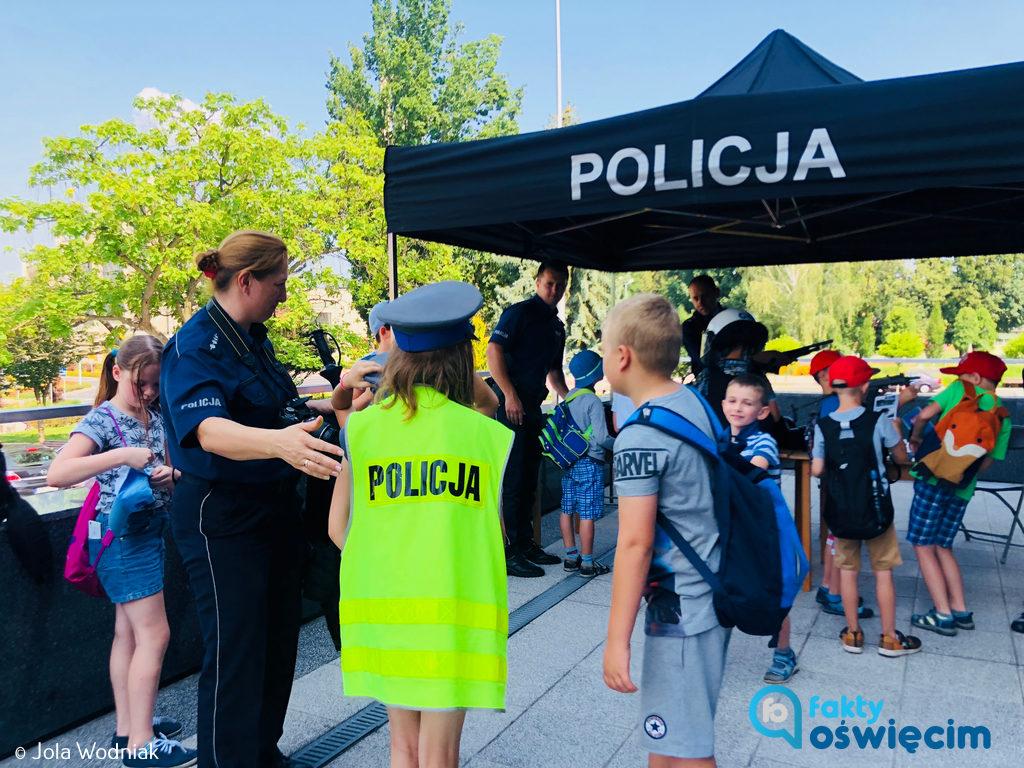 Z okazji Święta Policja komenda przygotowała specjalne stoisko przed OCK. Każdy może tam przyjść i zobaczyć, jak to jest być policjantem.