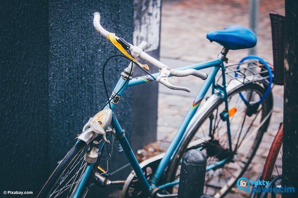 Ryzykują życie i są zagrożeniem dla innych użytkowników dróg, bowiem piją alkohol i wsiadają na rowery. W tym stanie o nieszczęście nietrudno.