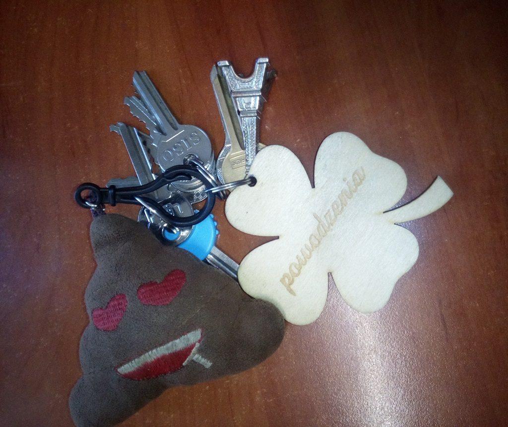 W kęckim komisariacie policji znajdują się klucze i tablet, które zostały znalezione przez mieszkańców.