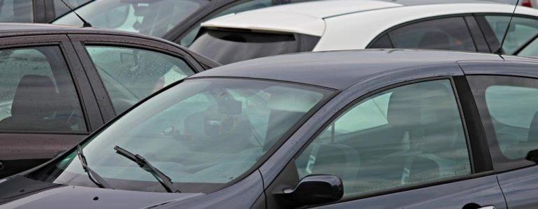 Podejrzany pakunek na parkingu przy markecie