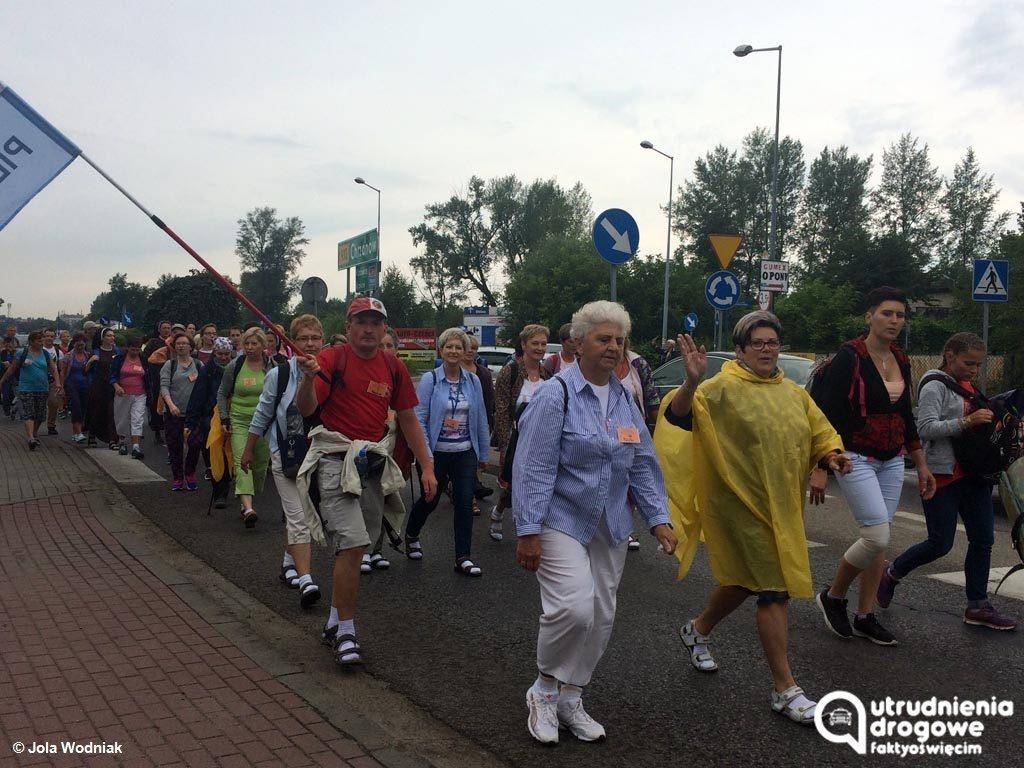 We wtorek kierowcy jadący przez Oświęcim i okolice nie będą mieli łatwego zadania. Drogę utrudnią im pielgrzymki i Tour de Pologne.