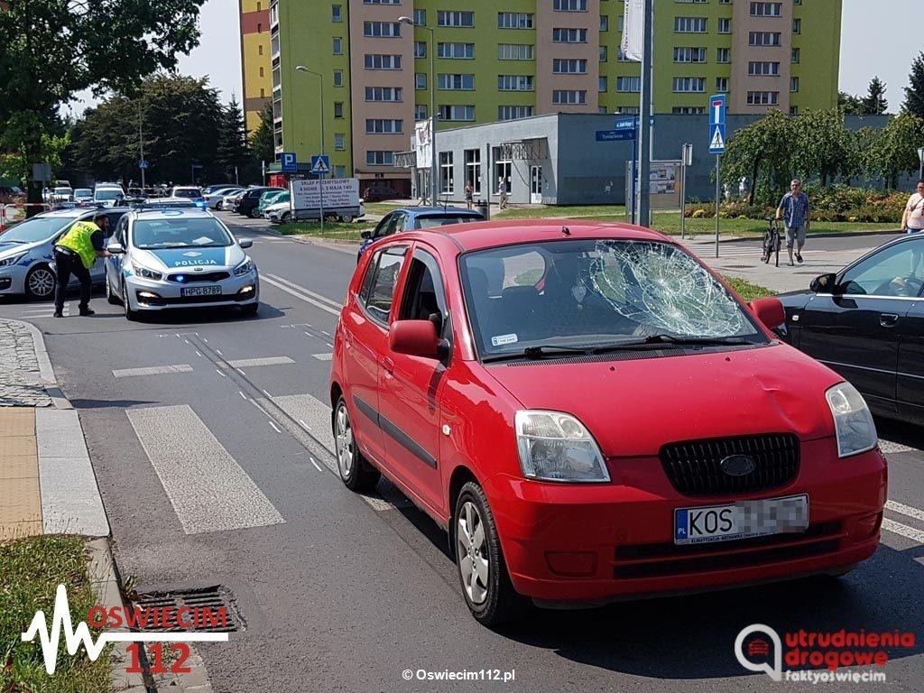 81-letni trafił na badania do szpitala po wypadku drogowym. Na ulicy Nojego w Oświęcimiu kia potrąciła seniora na przejściu dla pieszych.