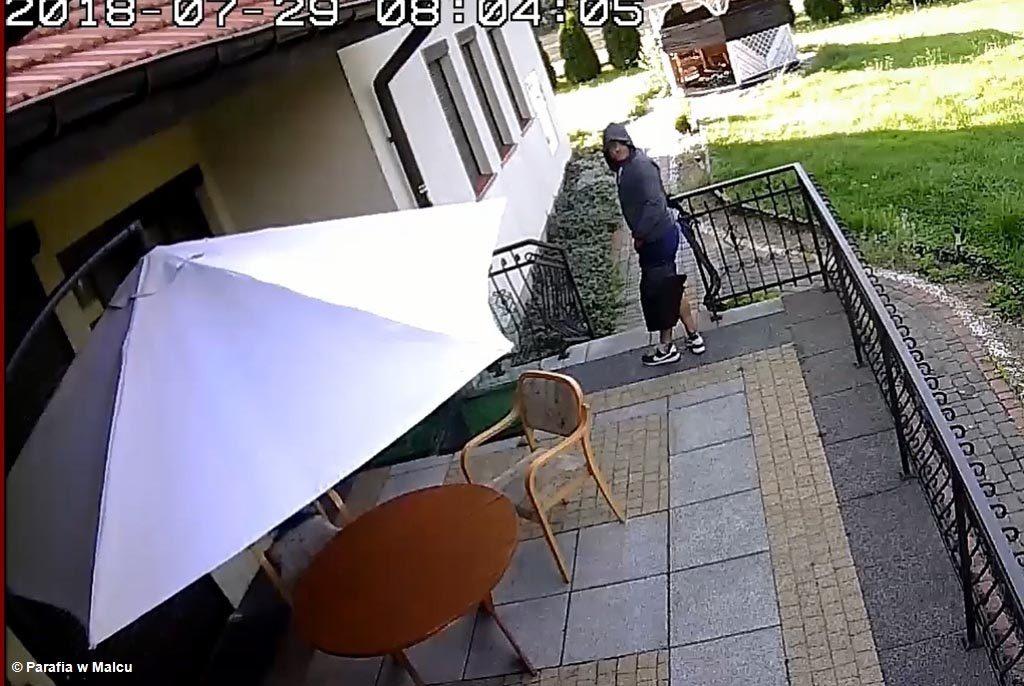 Publikujemy film pokazujący mężczyznę, który włamał się do plebanii parafii świętego Jana Kantego w Malcu. Policja liczy, że ktoś rozpozna złoczyńcę.