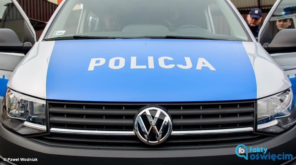 """W nocy policjanci zatrzymali seniora, który nie zatrzymał się przed znakiem """"stop"""". Okazało się, że 75-latek prowadził samochód po pijanemu."""