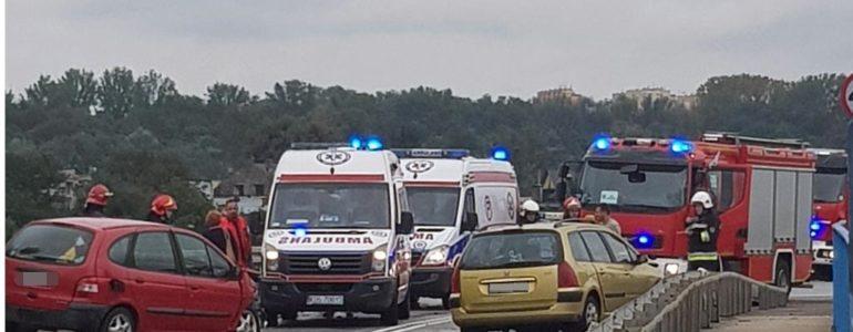 Dzieci ranne w zderzeniu na wiadukcie – FOTO. AKTUALIZACJA