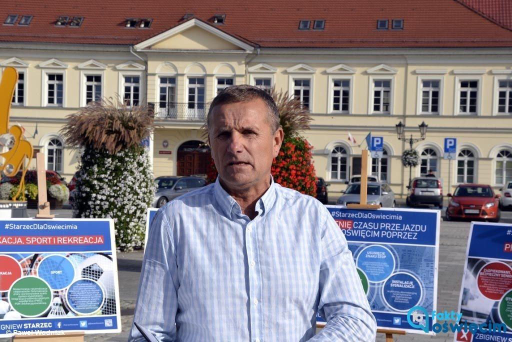 Starosta oświęcimski Zbigniew Starzec chce objąć w następnej kadencji fotel prezydenta Oświęcimia. Na Rynku Głównym przedstawił mediom kontrakt wyborczy.