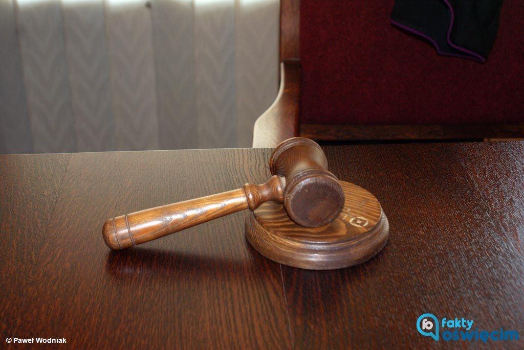 24-letni oświęcimianin odpowie za przestępstwo i wykroczenie, popełnione za kierownicą. O winie i wysokości kary zdecyduje Sąd Rejonowy w Oświęcimiu.