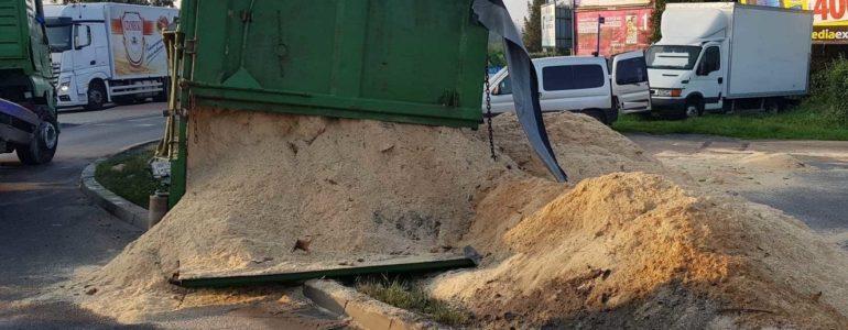 Ciężarowka blokowała rondo – FOTO