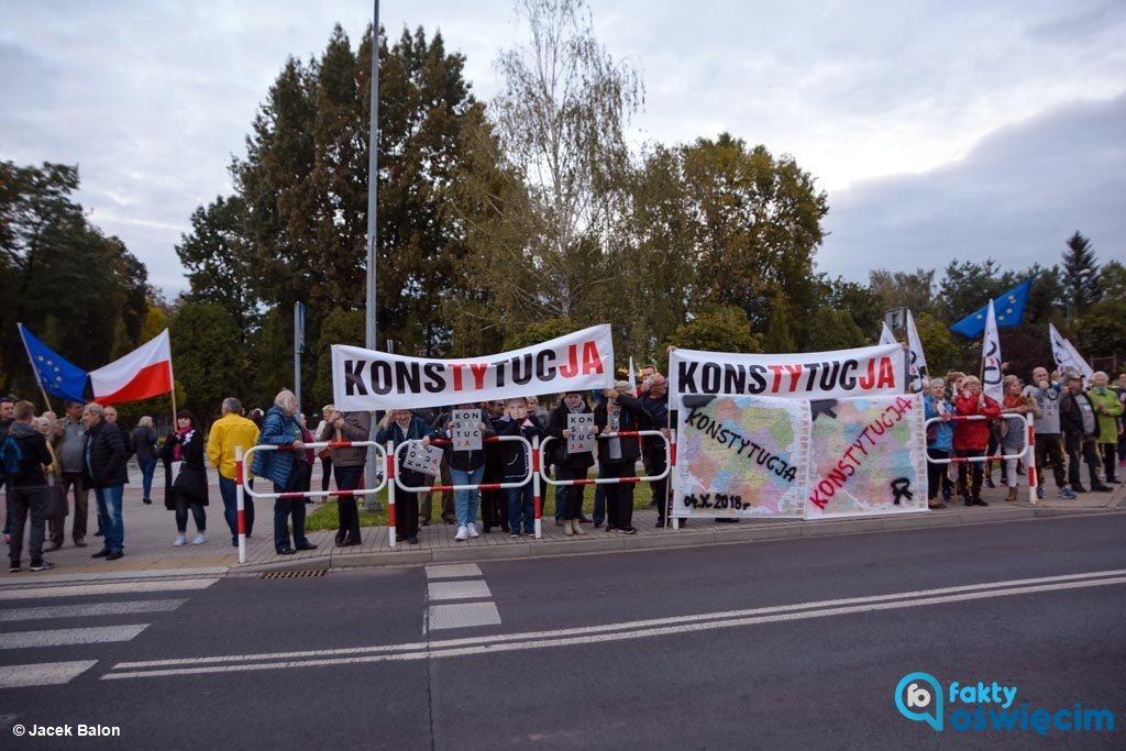 Gdy prezydent Andrzej Duda przyjechał do Oświęcimia czekali na niego między innymi członkowie i sympatycy Komitetu Obrony Demokracji.