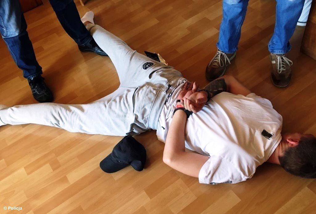 Policjanci z Komisariatu Policji w Brzeszczach wytropili i zatrzymali bandytę, który z nożem w ręce napadł na sklep. Sprawca trafił do aresztu.