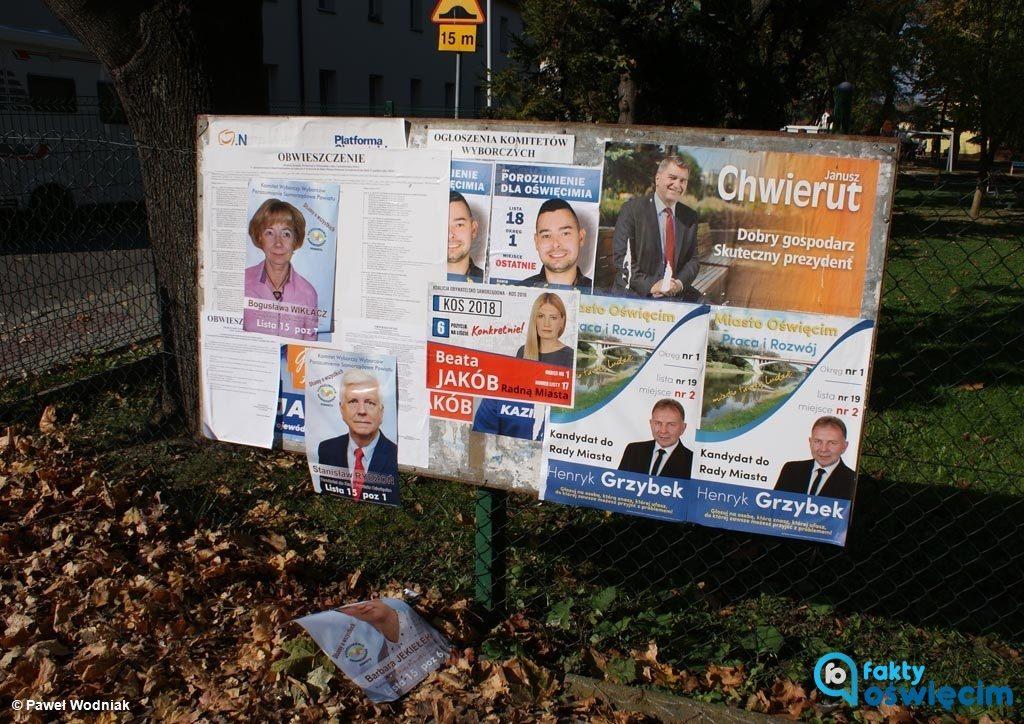 Dzisiaj mieszkańcy osiedla Pileckiego w Oświęcimiu byli świadkami awantury o plakaty wyborcze. Przedwyborcza wojna plakatowa i banerowa trwa.
