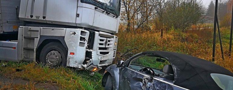 Tir uderzył w garbusa a inny volkswagen dachował – FOTO