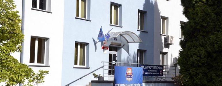Kierownictwo w radiowozach, szeregowi policjanci na zwolnieniach