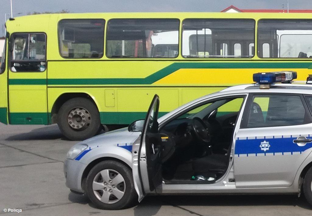 Dzisiaj rano na drodze wojewódzkiej w Bielanach samochód osobowy uderzył w autobus komunikacji miejskiej. Jedna osoba trafiła do szpitala.