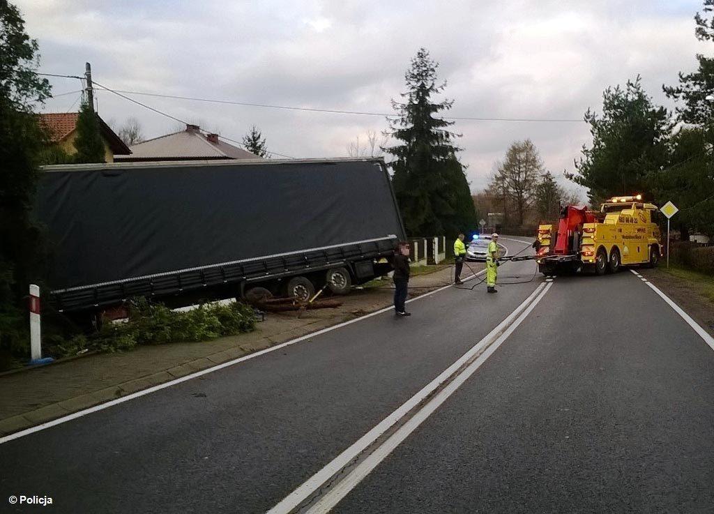 Na drodze z Brzeszcz do Pszczyny doszło do kolizji drogowej. Kierowcy jadący tym odcinkiem drogi wojewódzkiej nr 933 napotkają na utrudnienia w ruchu.