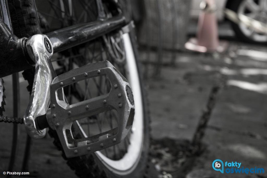 15-latek trafił do szpitala po zdarzeniu drogowym w Oświęcimiu. Chłopiec zjechał rowerem z chodnika wprost przed samochód, który go potrącił.