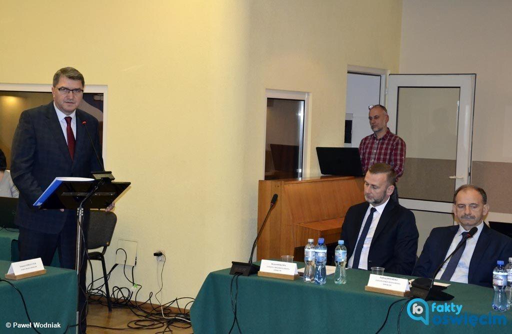 Na pierwszej sesji nowej rady miasta Janusz Chwierut, prezydent Oświęcimia, wygłosił expose. Włodarzowi w pewnym momencie głos ugrzązł w gardle.