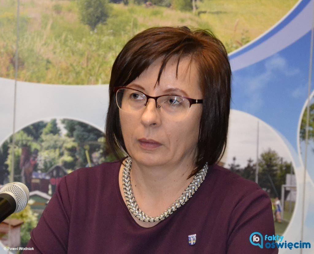 Bernardyna Bryzek objęła dzisiaj stanowisko przewodniczącej Rady Gminy Oświęcim. Stosunkiem głosów 9-5 wygrała w głosowaniu z radnym Zbigniewem Krzemieniem.