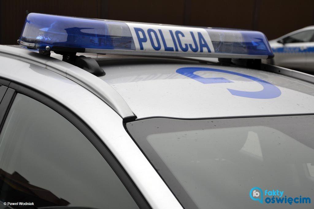Policjanci z Chełmka mają twardy orzech do zgryzienia. Muszą ustalić, czy 35-latek wypił alkohol i rozbił samochód, czy napił się z żalu po kraksie.