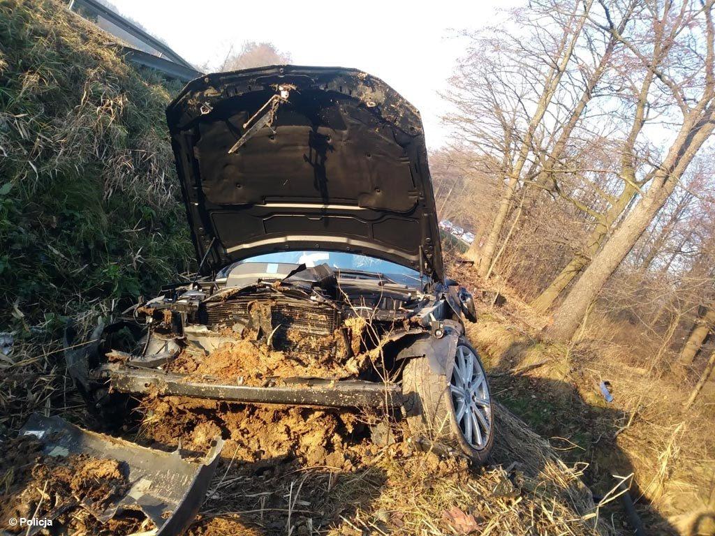 Kierowcy dwóch samochodów trafili do szpitala Oświęcimiu po zdarzeniu drogowym w Grojcu. Doszło do niego, gdy jeden z kierowców wyprzedzał dwa samochody.