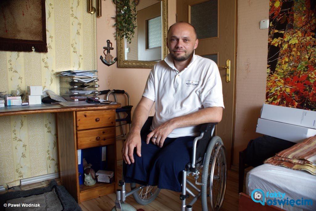 """Dariusz Bartosik, prezes Fundacji """"Wesoły Smoczek"""", apeluje do czytelników Faktów Oświęcim o pomoc dla podopiecznych. Liczy się każda złotówka."""