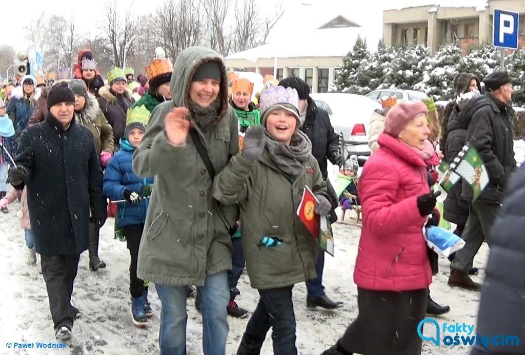 Przez biały od śniegu Oświęcim ponad tysiąc osób przeszło w niedzielę w Orszaku Trzech Króli, któremu patronowały Fakty Oświęcim.
