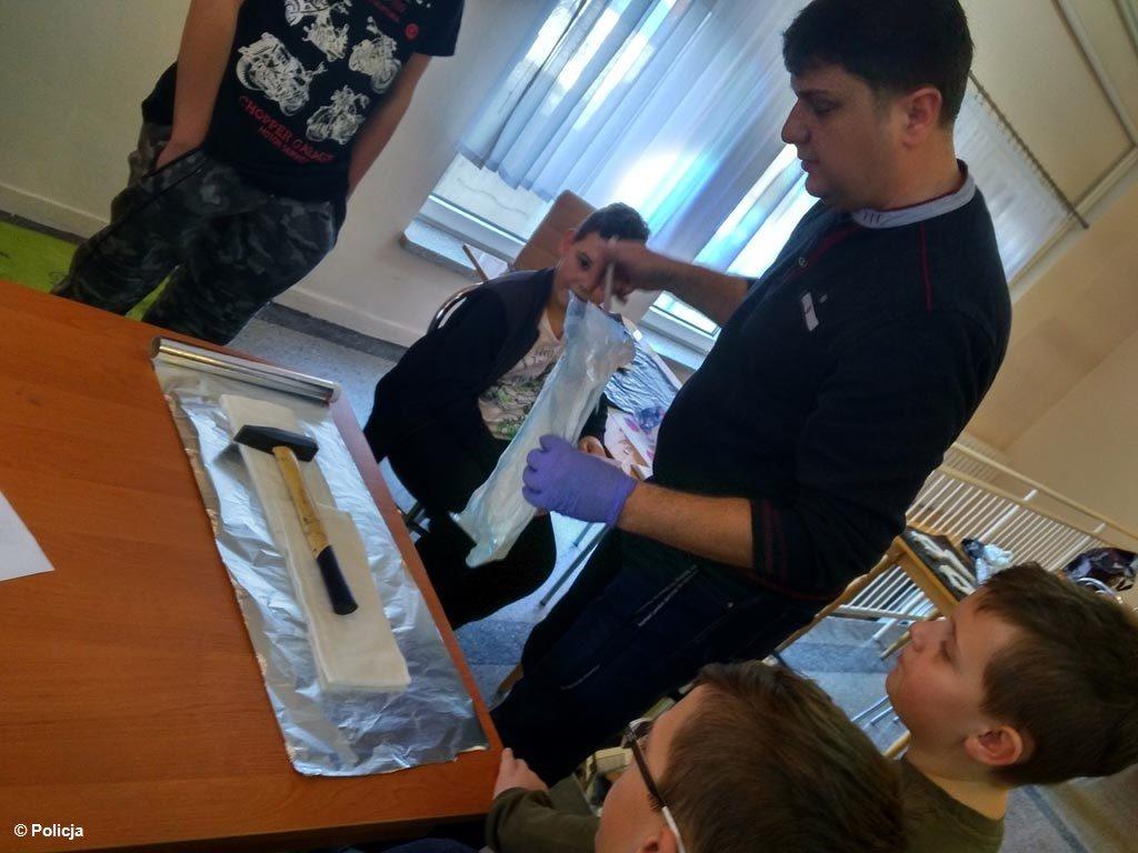 Zanim uczniowie z gminy Przeciszów wrócili po feriach do szkoły, zabezpieczali ślady i odciski palców. A wszystko dzięki technikowi kryminalistyki.