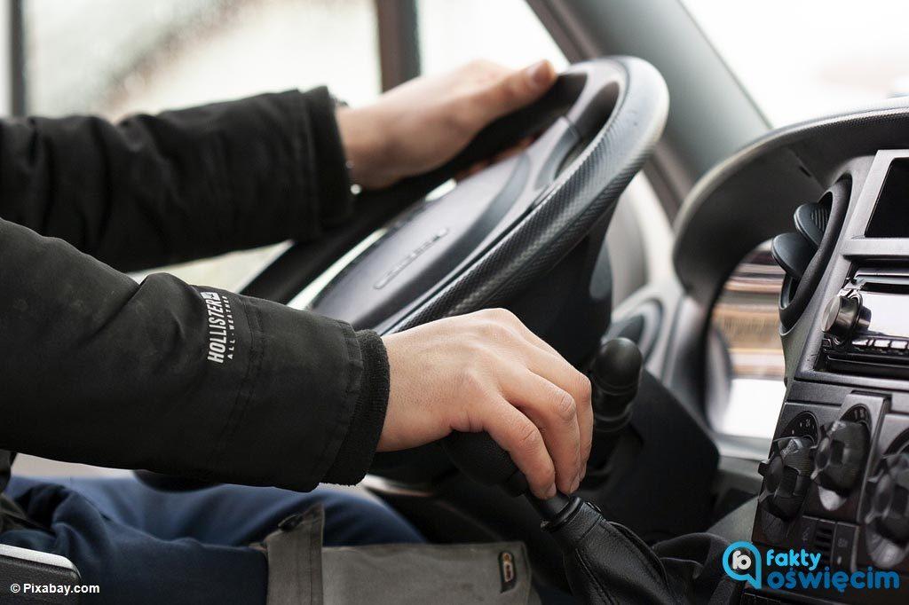 Dwaj mężczyźni jechali samochodami bez prawa jazdy. Nie obowiązuje ich zakaz prowadzenia pojazdów, ale obaj mają cofnięte uprawnienia.