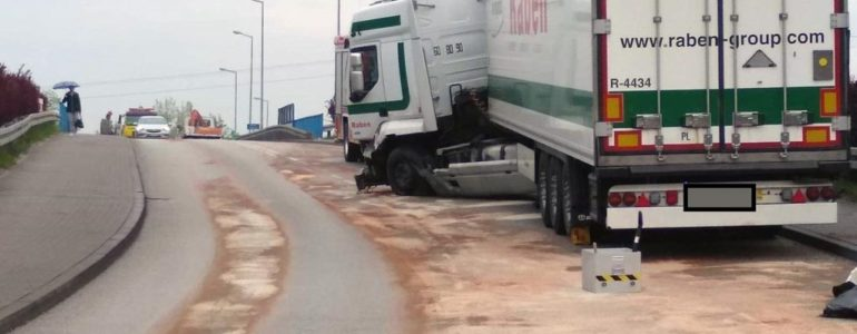 Kraksa ciężarówek na wiadukcie – FOTO